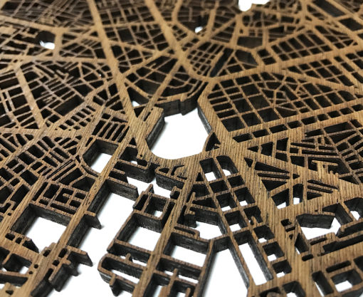 Detalles de las calles cortadas a láser de los mapas en madera