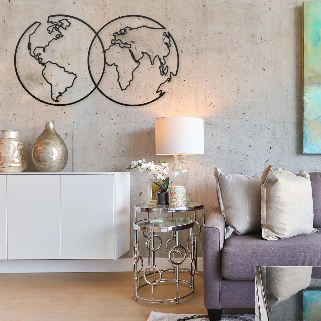 Mapa mundi circular enlazado en color negro sobre pared de salón moderno.