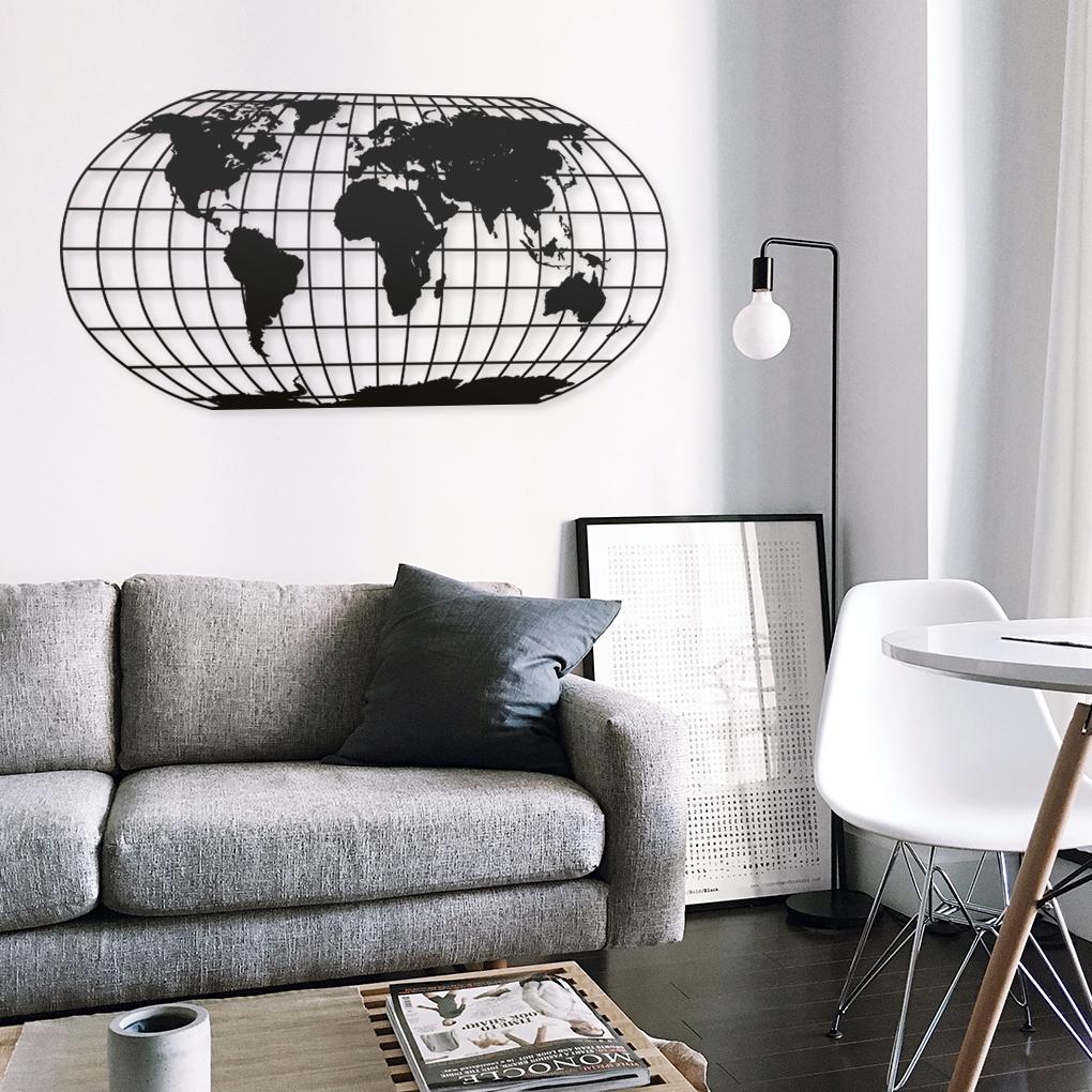 Silueta ovalada de color negro con paralelos y meridianos. Proyección cartográfica del mapamundi en pared de salón con tonos blancos y grises.