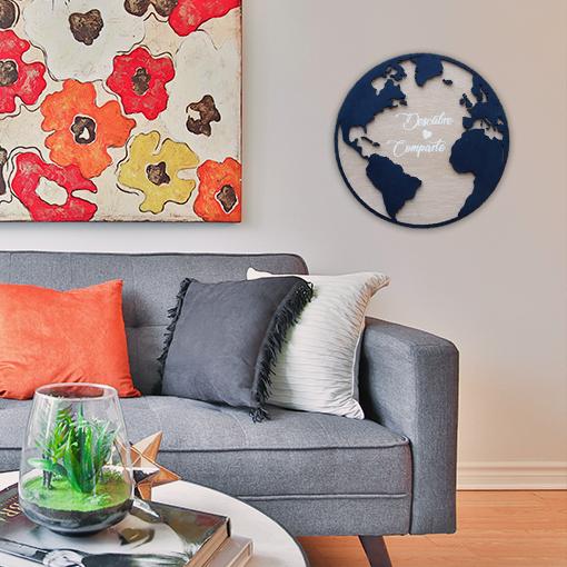 Mapa Mundi Circular de madera teñida con impresión de letras blancas como decoración de salón colorido.